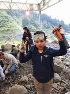 化石が見つかって喜びのピース。